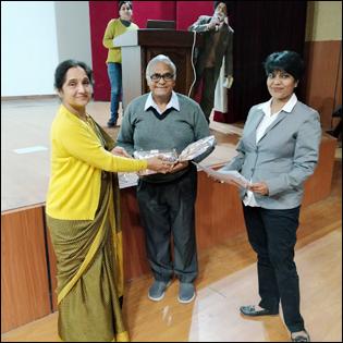 Dr Madan Gulati being honoured by Dr Sandhya Ghai