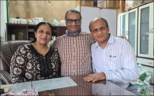 Bollywood Actor Liliput Ji (Real name is M. M. Faruqui.) Giving Blessings to Dr. Vikram Chauhan and Dr. Meenakshi Chauhan
